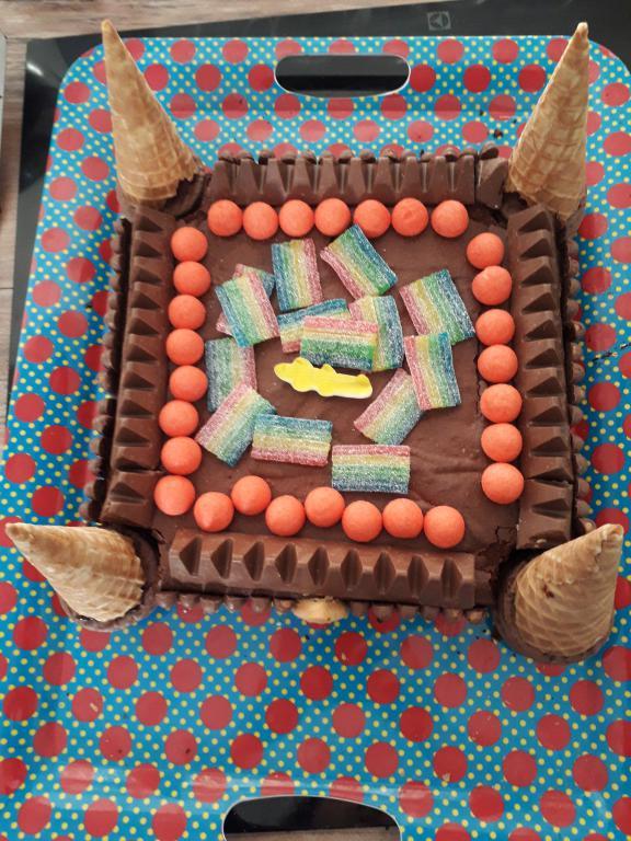 décorer avec des bonbons l'intérieur du gateau chateau fort